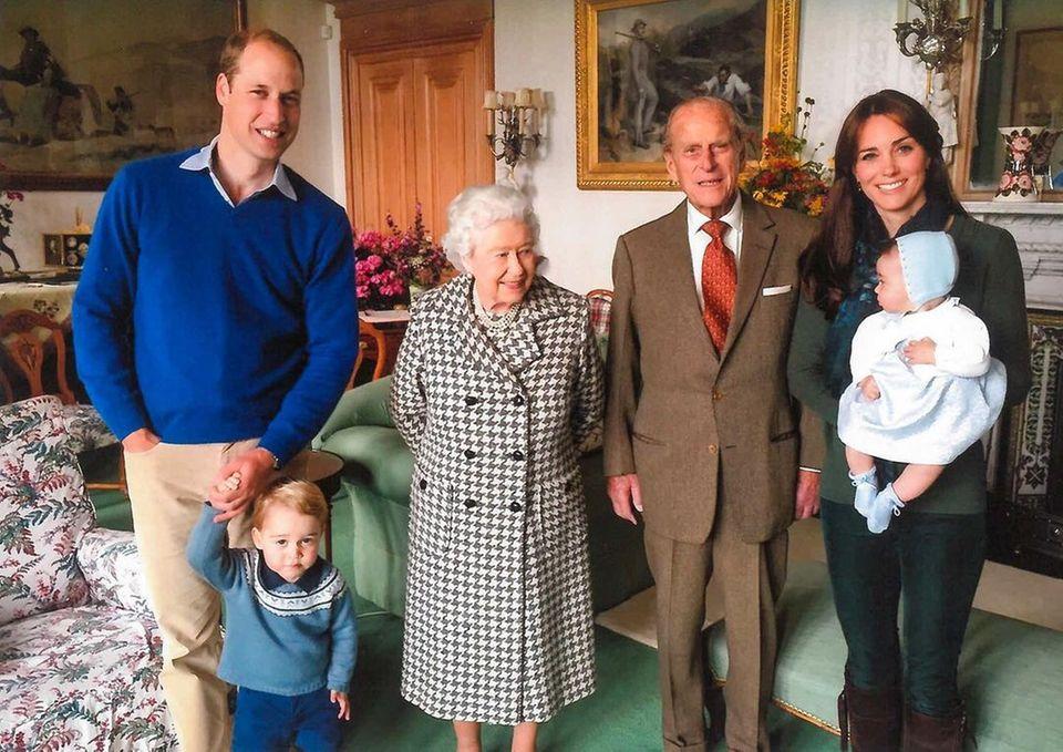 """Prinz William und seine Frau Herzogin Catherine teilen auf Instagram dieses Familienfoto, dass sie gemeinsam mit Prinz Philip und Queen Elizabeth sowie ihren Kindern Prinz George und Prinzessin Charlotte zeigt. """"Heute teilen wir (...)Fotos von demHerzogvonEdinburgh und erinnern uns an ihn als Vater, Großvater und Urgroßvater"""", lautet der Text zu der Aufnahme aus dem Jahr 2015."""