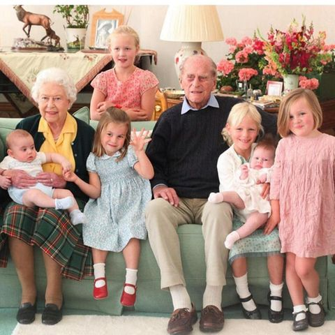 Prinz Philip und Queen Elizabeth mit sieben ihrer Urenkelkinder