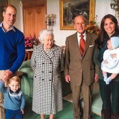 Prinz William und Herzogin Catherine veröffentlichen ein weiteres, bisher ungesehenes Foto von sich mit der Queen, Prinz Philip und ihren zwei älteren Kindern, Prinz George und Prinzessin Charlotte. George schaut schüchtern in die Kamera. Er trägt einen Wollpullover unter dem der Kragen seines Hemdes hervorschaut und eine blaue Hose – passend zum blauen Pullover seines Vaters. Die kleine Charlotte trägt ein hellblaues Kleidchen, ein weißes Jäckchen und eine niedliche Haube.