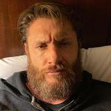 """""""Tag 12 der Quarantäne und ich bin offiziell von mir gelangweilt"""", schreibt Schauspieler Jensen Ackles unter dieses Foto auf Instagram. Hätten Sie den """"Supernatural""""-Darsteller auf den ersten Blick erkannt? Mit Rauschebart und zotteligen Haaren könnte man denken, die Person auf dem Foto wäre sein verschollener Cousin dritten Grades."""