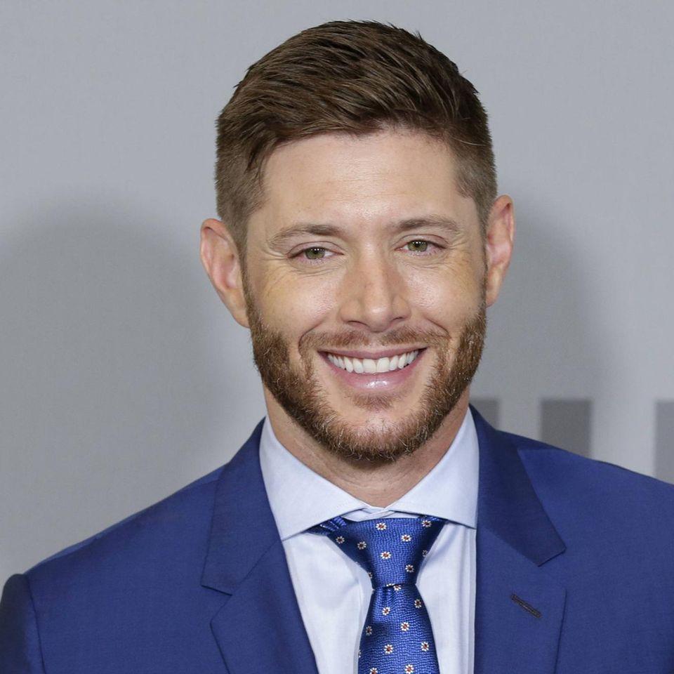 """Ein charmantes Lächeln auf den Lippen, perfekt gestylte Haare und ein Strahlen in den Augen: So kennt man """"Supernatural""""-Schauspieler Jensen Ackles. Auf einem Instagram zeigt er nun ein Foto, auf dem man fast schon dreimal hinsehen muss, um ihn zu erkennen ..."""
