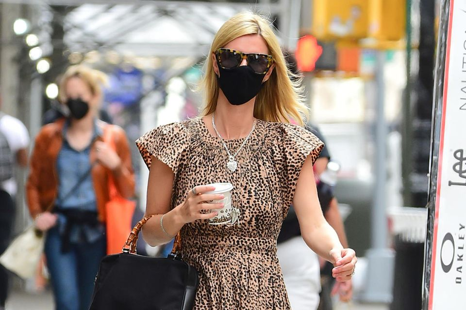 Leo-Kleid, Leo-Brille und Tasche mit Bambus-Henkel –Nicky Hilton versorgt uns auf den Straßen New York Citys mit einer ordentlichen Portion Safari-Vibes. Während es bei ihrer Schwester Paris in Sachen Stylingnicht auffällig genug sein kann, begeistert Nicky regelmäßig mit etwas entspannteren, aber nicht weniger durchdachten Looks.