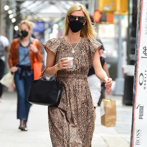 Leo-Kleid, Leo-Brille und Tasche mit Bambus-Henkel - Nicky Hilton versorgt uns auf den Straßen New York Citys mit einer ordentlichen Portion Safari-Vibes. Während es bei ihrer Schwester Paris in Sachen Style nicht auffällig genug sein kann, begeistert Nicky regelmäßig mit etwas entspannteren aber nicht weniger durchdachten Looks.
