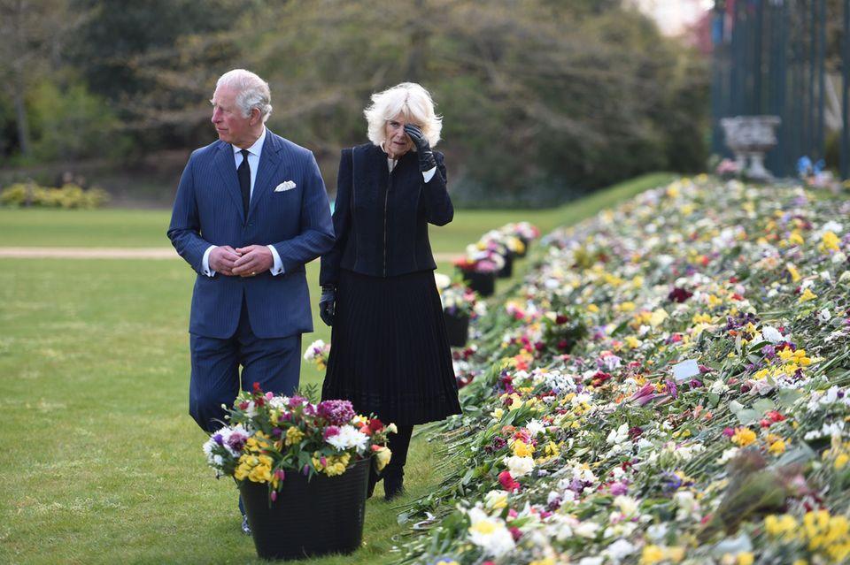 Prinz Charles und Herzogin Camillabesuchen die Gärten von Marlborough House, London.