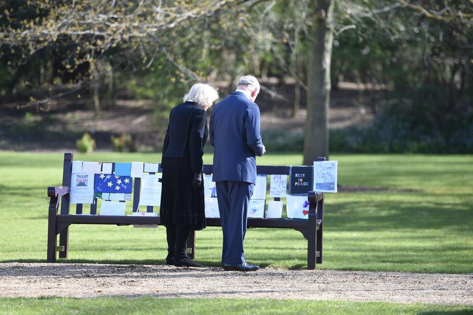 Herzogin Camilla und Prinz Charles bewundern die Beileidsbekundungen für Prinz Philip.
