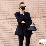 Irina Shayk ist für ihre Stilsicherheit bekannt und macht auch auf dem Weg, um ihre Tochter Lea in der Schule abzusetzen, den Gehweg in New Yorkzu ihrem Laufsteg. Irina hat wohl das Zebra-Muster für sich entdeckt:Zum sonst eher schlicht gehaltenen Outfit, bestehend aus Blazer, weißem T-Shirt und schwarzer Leggings, kombiniert die Ex von Bradley Cooper aufregende Zebra-Stiefel, die aus dem Look sofort einen Hingucker machen.