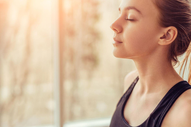 Atemübung: Frau atmet tief ein