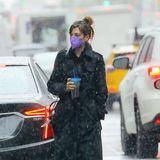 Mit triefnassen Haaren stapft Anne Hathaway durch New York. Der Regenschauer scheint sie unvorbereitet zu treffen, denn einen Regenschirm hat sie leider nicht dabei, ebenso wenig einen Mantel mitKapuze. Doch die Schauspielerin lässt sich das Schlamassel – ganz der Profi – nicht anmerken. Statt eines Schirms hält sie ihren XL-Becher Eistee in der Hand und geht cool durch die Straßen der Stadt.