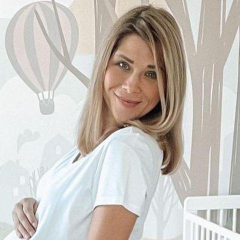 Tanja Szewczenko versorgt auf ihr Follower auf Instagram mit regelmäßigen Babybauch-Updates. Das letzte Bild beweist: Lang kann es nicht mehr dauern. Dabei ist die Schauspielerin gerade einmal in der 32 Schwangerschaftswoche. Da sie aber Zwillinge erwartet, ist eine frühere Geburt deutlich wahrscheinlicher.
