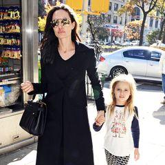 Bereits mit sieben Jahren ist Vivienne Jolie-Pitt eine leidenschaftliche Shopping-Begleiterin ihrer berühmten Mutter Angelina Jolie gewesen.Ein Umstand, der sich scheinbar nicht verändert hat – optisch hat sich bei Vivienne aber einiges getan.