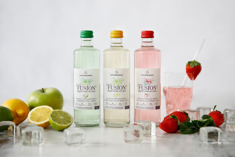 """Fruchtige ErfrischungSo läuten wir die warmen Temperaturen ein! Bei diesem Drink trifft prickelndes Trinkwasser auf süßenFruchtwein, abgerundet mit feinen Noten von Früchten und Kräutern und einem sanftenAlkoholgehalt von 4 vol. Ob Apfel-Hopfen, Erdbeer-Minze oder Zitrone-Limette – hier ist für jeden etwas dabei.Katlenburger """"inFusion Fruity Hard Seltzer"""", ca. 1,50Euro."""