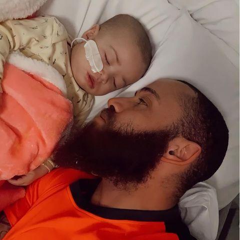 Ashley Cain mit seiner TochterAzalylia.