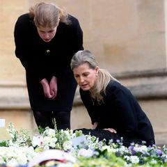 Stets an der Seite von Prinz Edward sind seine Frau,Gräfin Sophie und seine Tochter, Lady Louise. Auch sie sind gerührt von den vielen Nachrichten, die die royale Familie nach dem Tod von Prinz Philip erreichen und nehmen sich Zeit, die persönlichen Notizen durchzulesen.