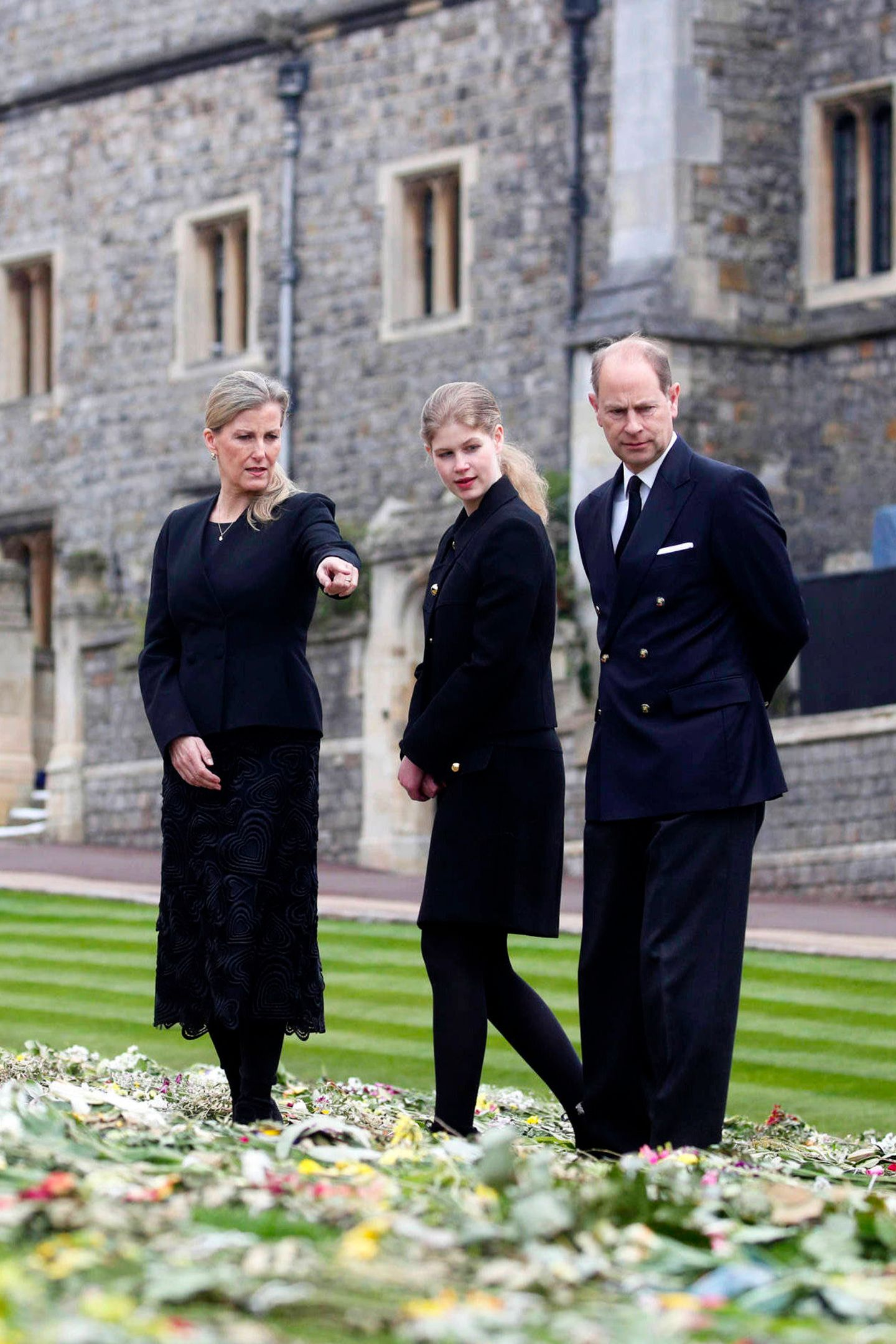 16. April 2021  Vor wenigen Tagen verlor Prinz Edward seinen Vater Prinz Philip. Jetzt sucht er Trost in den vielen Beileidsbekundungen und Blumensträußen, die Trauernde vor der St. George's Chapel niedergelegt haben.