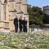 In einem Blumenmeer in Gedenken an den verstorbenen Prinz Philip steht Familie Wessex. Viele Menschen nehmen an ihrem Verlust teil und kondolieren auch Prinz Edward, Gräfin Sophie und Lady Louise.
