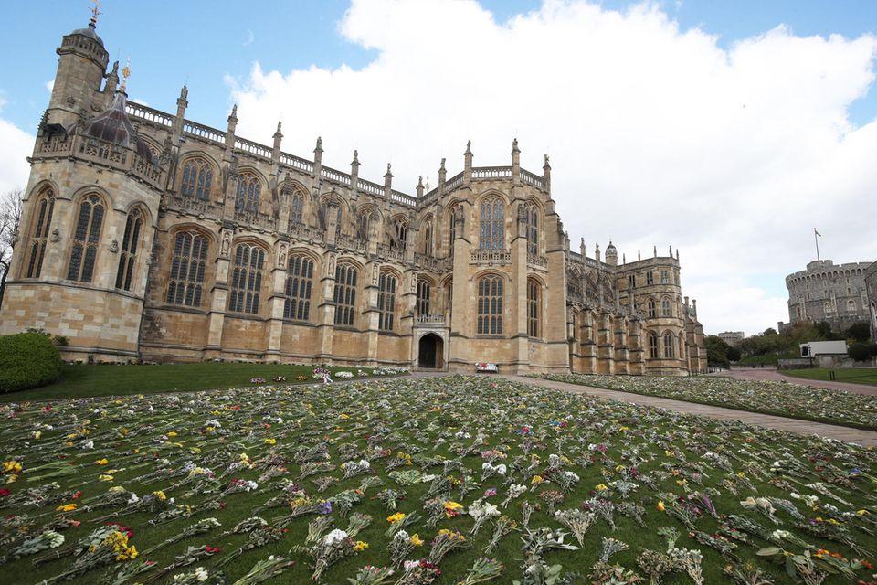 Vor der St. George's Chapel liegen tausende Blumen in Gedenken an Prinz Philip.