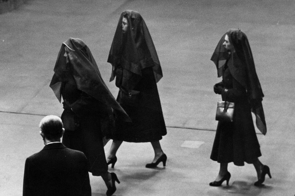 Zur Beerdigung von King George VI erscheinen seine Frau und seine beiden Töchter, Elizabeth (Mitte) und Margaret (rechts) mit langen schwarzen Schleiern.