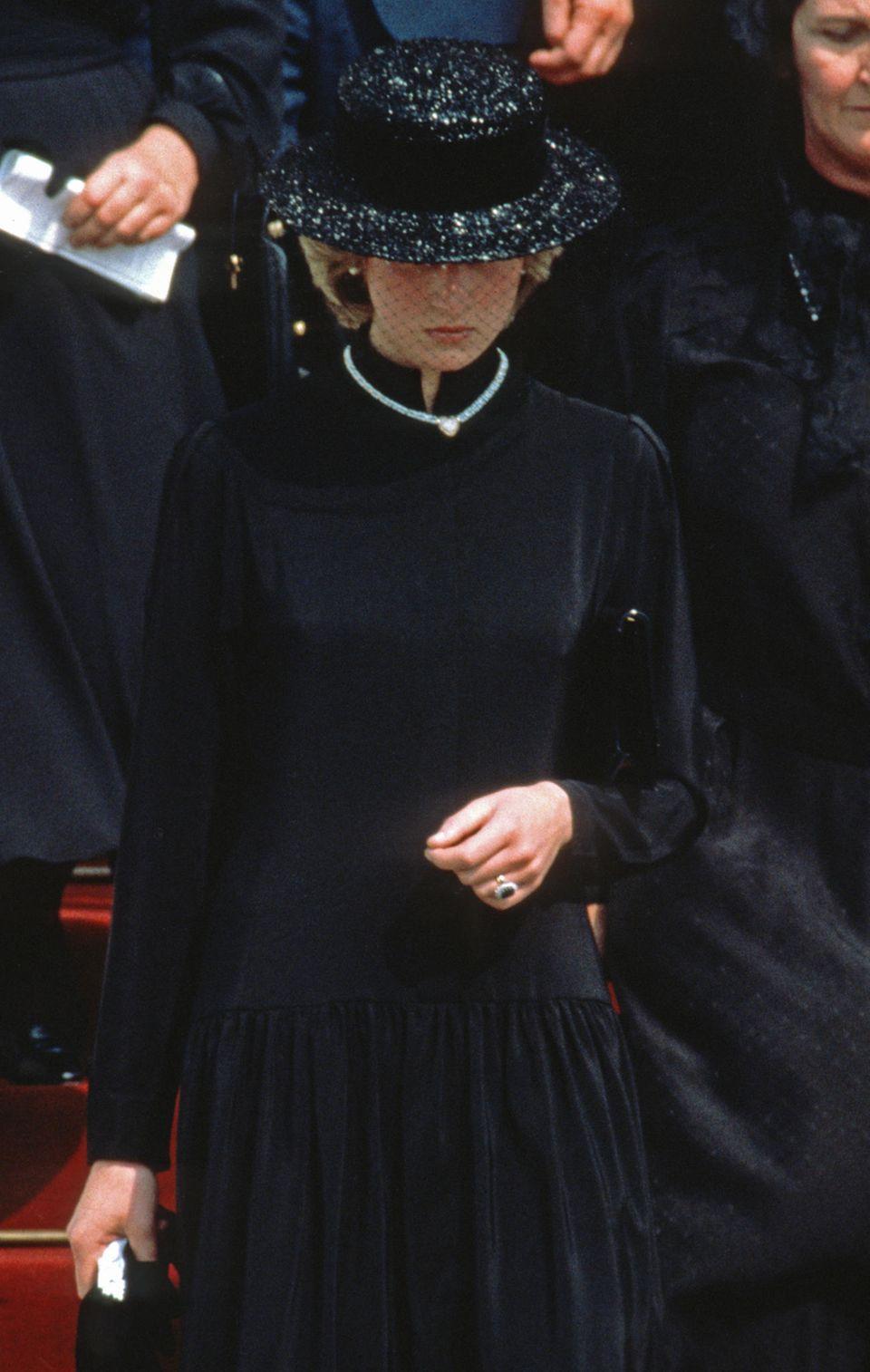 Lady Diana erscheint 1982 alleine zur Beerdigung von Grace Kelly in Monaco. An ihrer Hand funkelt der Verlobungsring, den heute Herzogin Catherine trägt.
