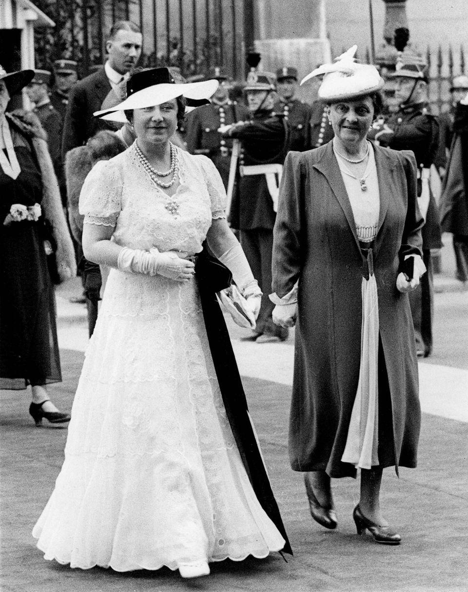 Queen Mum zeigt sich während ihres Staatsbesuchs in Paris im Juli 1938 ausschließlich in Weiß. Nur wenige Tage zuvor war ihre Mutter gestorben.