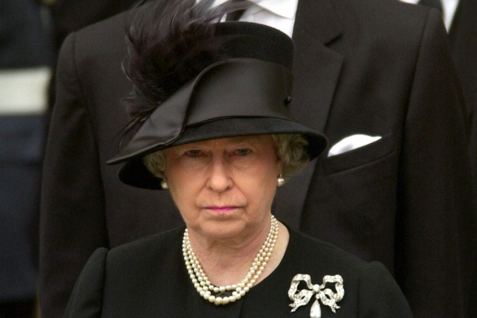 """Queen Elizabeth II trägt zur Beerdigung ihrer Mutter die """"Dorset Bow""""-Brosche, die sie in der Vergangenheit immer wieder zu wichtigen familiären Anlässen trug."""
