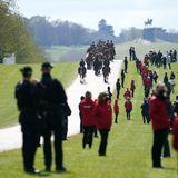 15. April 2021  Auch wenn die Beisetzung Prinz Philips aufgrund der Corona-Beschränkungen vergleichsweise klein ausfällt, muss der Ablauf der Prozession geübt werden. Hier reitet dieKing's Troop, Royal Horse Artillery unter den Augen vieler Zuschauer Richtung Schloss.