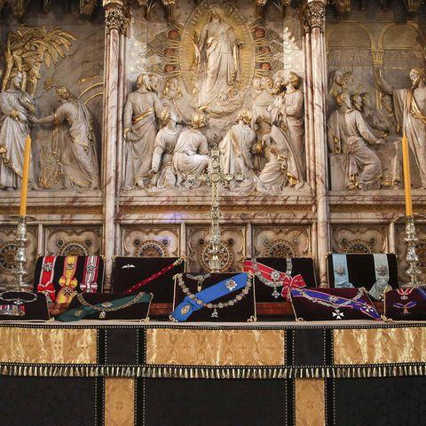 16. April 2021  Einen Tag vor der Beisetzung von Prinz Philip werden seine gesamten Insignienauf dem Altar in der St. George's Chapel in Windsor präsentiert.