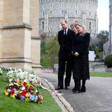 Aber nicht nur unzählige Blumensträuße haben trauernde Bürger zum Schloss gebracht, auch viele Kränze zeugen von der großen Anteilnahme, die der Royal Family jetzt Halt gibt.