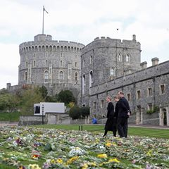 16. April 2021  Eine Woche ist vergangen, seit der Herzog von Edinburgh verstorben ist. Schloss Windsor hat sich seitdem in ein Blumenmeer verwandelt, das sich Prinz Edward und Herzogin Sophie zusammen mit ihrer Tochter Lady Louise einen Tag vor der Beisetzung Philips ansehen.