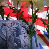 Viele Blumen, Bilder und Plakate zeugen von der großenAnteilnahme am Tod des Herzogs von Edinburgh.