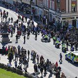 Um 15:30 beginnt heute am 17. April 2021 die offizielle Berichterstattung rund um die Beisetzung von Prinz Philip. Viele Trauernde sind aber jetzt schon auf den Straßen von Windsor unterwegs.