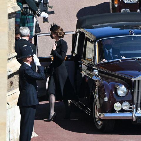Herzogin Catherine trifft mit den andern Familienmitglieder auf Schloss Windsor ein.