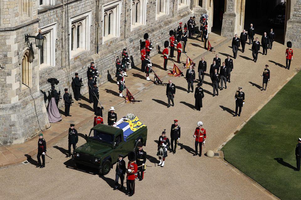 Die Prozession  Der Land Rover mit dem Leichnam von Prinz Philip ist losgefahren.Die Prozessionzur St. George's Chapel beginnt.