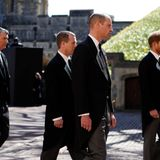 Mit Abstand folgen William und Harry dem Srag ihres Großvaters.
