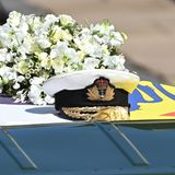 Auf dem Sarg liegt die Royal-Navy-Mütze des Herzogs.