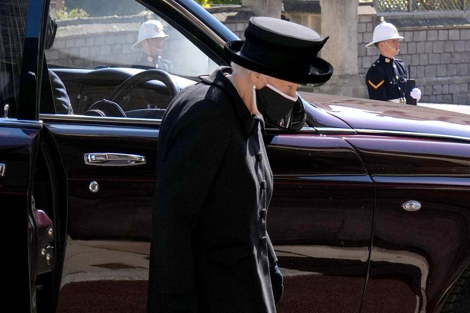 Queen Elizabeth betritt dieSt George's Chapel.
