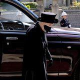 Mit gesenktem Kopf,aber festen Schrittes, betritt Queen Elizabeth die Kapelle durch den Seiteneingang.