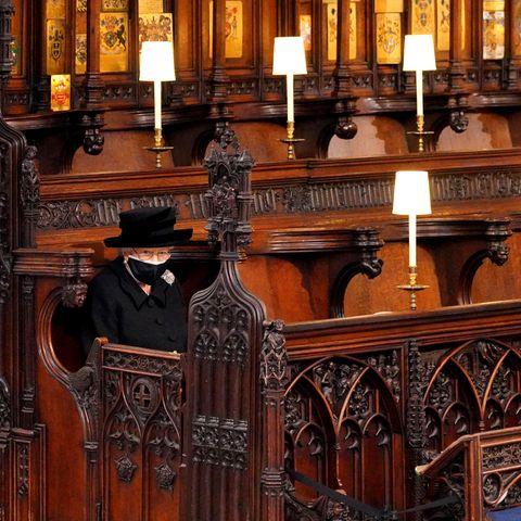 Ein traurigeres Bild könnte es kaum geben. Aufgrund der Corona-Auflagen sitzt die Queen alleine in der ersten Reihe der Kapelle, um von ihrem geliebten Ehemann Abschied zu nehmen.