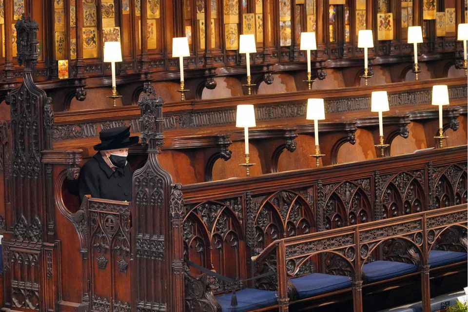 Queen Elizabeth sitzt in der St George's Chapel alleine.