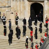 Philips Kinder und Enkel folgen dem Sarg des Herzogs in die Kapelle.