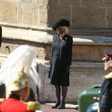 An der Kapelle stehen Herzogin Kate und Herzogin Camilla mit den anderen Mitgliedern der Royal Family bereit, als der Land Rover mit Philips Sarg vorüberfährt.