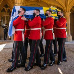 Die Trauerfeierlichkeiten haben begonnen. Der Sarg mit dem Leichnam von Prinz Philip wird von Mitglieder der Marine und anderen Regiment und Corps aus dem Schloss getragen.