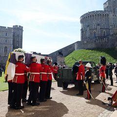 Vorsichtig und mit größter Präzision wird er vor dem Schloss auf dem Land Rover platziert.