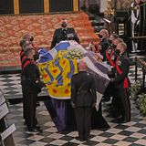 Mit großer Sorgfalt wird die Royal Standard, die königliche Flagge von den Sargträgern drapiert.