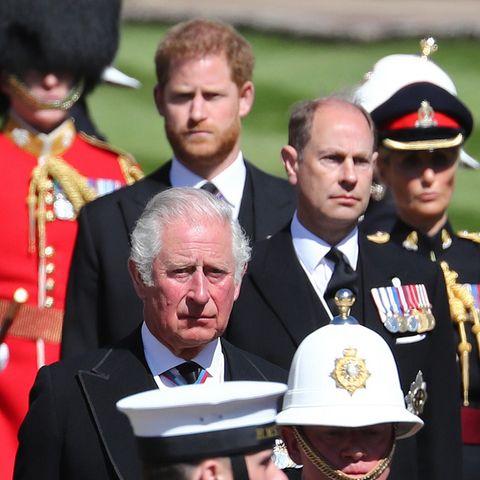 Prinz Charles, Prinz Edward und Prinz Harry wirken konzentriert, aber angespannt. Den eigenen Vater und Großvater zu verabschieden, gehört schließlich zu den schwierigsten und traurigsten Momenten des Lebens.