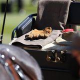 Ein schönes und so trauriges Detail: Die Handschuhe des Prinzgemahls, sowie seine Mütze, Decke und eine kleine Box mit Leckerlis für die Ponys liegen auf seinem Platz.