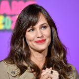 Zehn Jahre später bei den Nickelodeon's Kids' Choice Awards sieht Jennifer Garner nämlich beinahe genauso aus wie damals.Sie hat noch immer ein Strahlen in den Augen und ihr Lächeln reißt jeden mit. Egal ob 49, 39 oder 29 Jahre alt – sie sieht immer zauberhaft aus.