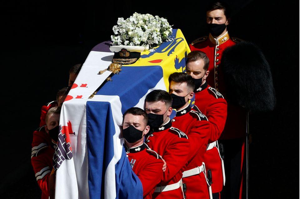 Der Sarg von Prinz Philip ist geschmückt mit Blumen, einer Marine-Kappe und einem Schwert sowie eingeschlagen in die persönliche Flagge des Verstorbenen.