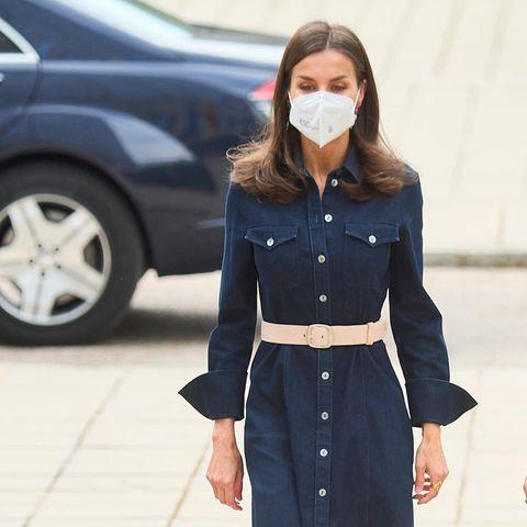 Bei einem offiziellen Termin in Madrid beweist Königin Letizia von Spanien mal wieder, dass sie ein Händchen für Mode hat. Mit demdunkelblauen Jeanskleid mit Knopfleiste von Hugo Boss und einem beigefarbenen Taillengürtel wählt sie zwar einen schlichten, aber dennoch super stylischen Look. Dazu kombiniert sie passende Pumps in Beige. Es scheint, als würde dieses Kleid zu Letizias Lieblingsteilen gehören, denn sie trägt es nicht zum ersten Mal.