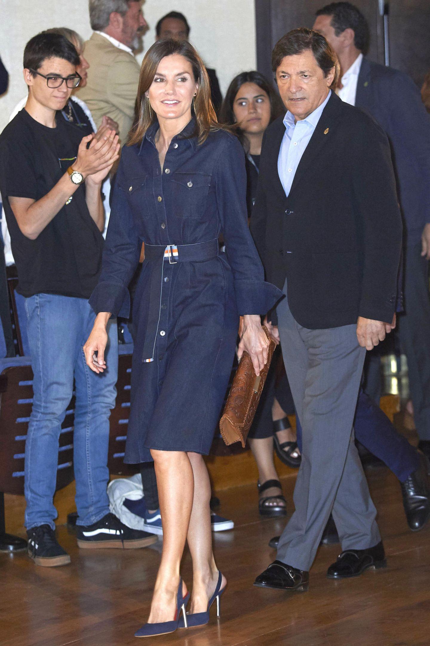 """Bereits 2018 trug die Königin das Kleid von Hugo Boss bei einem Besuch der Internationalen Musikschule der Stiftung """"Prinzessin von Asturien"""". Damals kombinierte sie es allerdings anders: mit passendem Jeans-Gürtel und Denim-Slingbacks."""