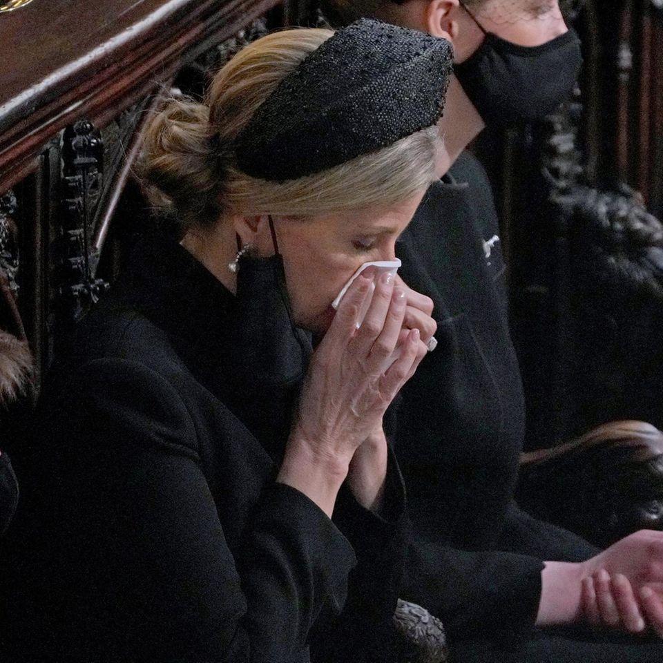 Gräfin Sophie weint um ihren toten Schwiegervater.